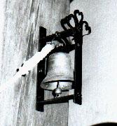 Diese Glocke hängt im Erdgeschoss am Mittelpfeiler des Glockenstuhl